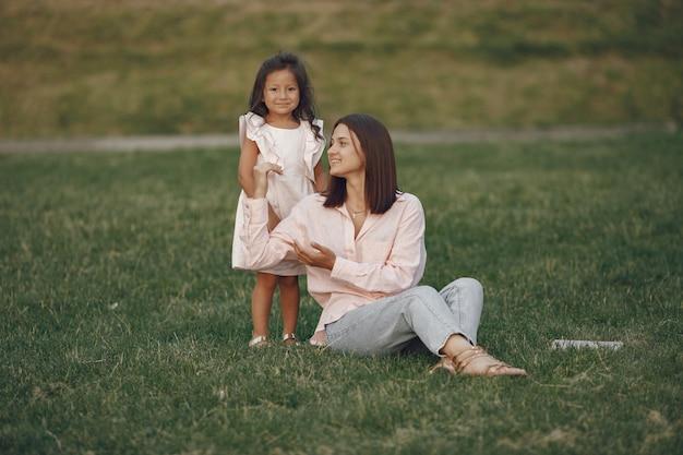 Mère élégante avec sa fille dans un parc d'été