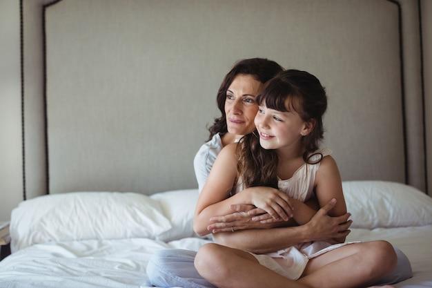 Mère embrassant sa fille dans la chambre