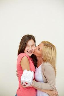 Mère embrassant sa fille
