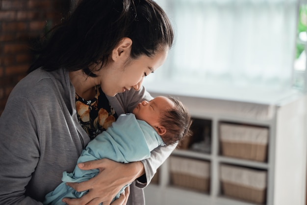 Mère embrassant sa petite fille