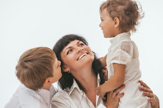 Mère embrassant ses deux enfants