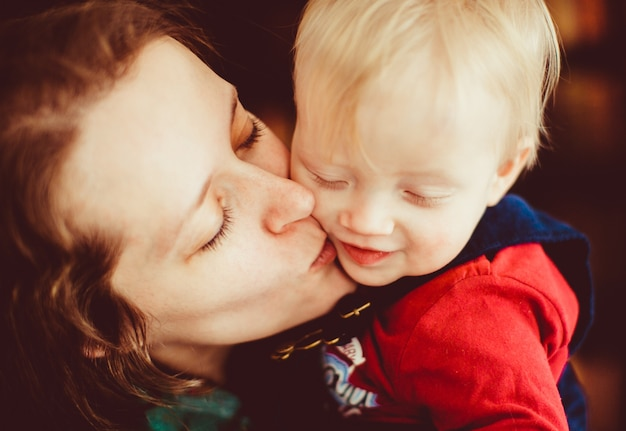 La mère embrassant son fils dans la chambre