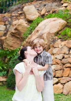 Mère embrassant son fils