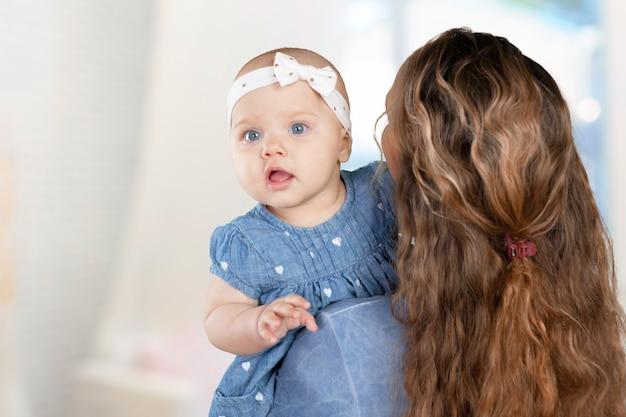 Mère embrasse un jeune enfant