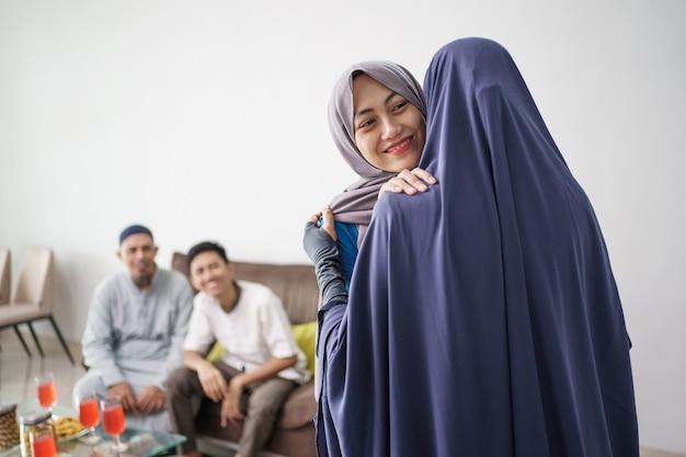 Mère embrasse sa fille pendant la visite du ramadan