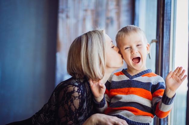 La mère embrasse son fils