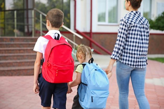 Mère emmenant les enfants à l'école