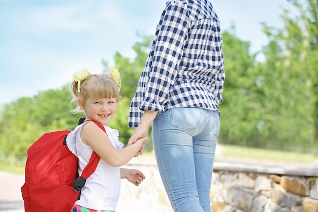 Mère emmenant sa fille à l'école