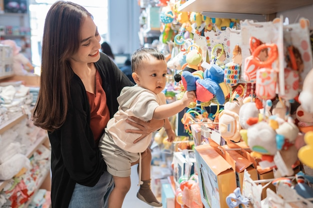 Une mère emmène son fils d'un an acheter des jouets