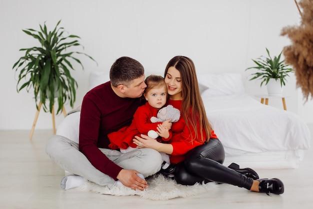 Mère enceinte avec sa fille adolescente et son mari