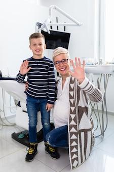 Mère enceinte et son fils visitent le bureau du dentiste.
