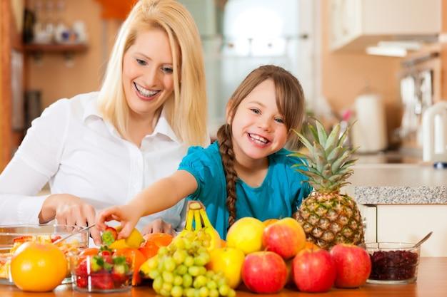 Mère et enfant avec beaucoup de fruits