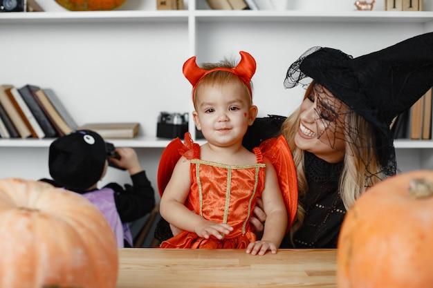 Mère avec enfant en costumes et maquillage