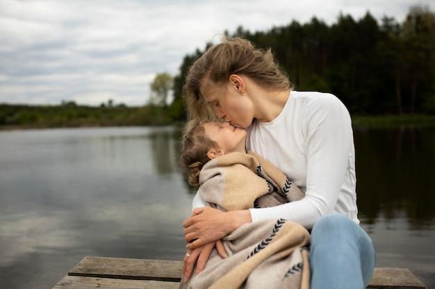 Mère et enfant de coup moyen dans la nature