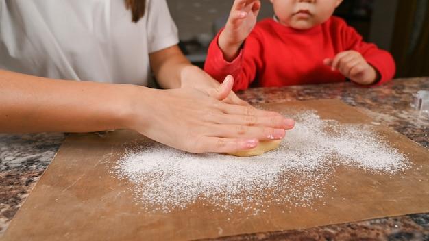 Mère et enfant, cuisson des biscuits de noël