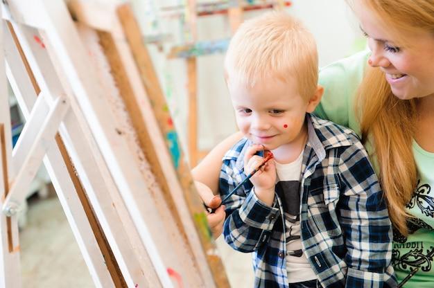 Mère et enfant dessinent une peinture, une leçon d'art