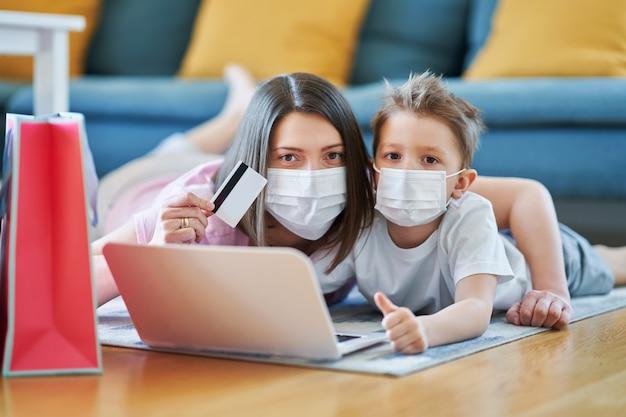 Mère et enfant faisant des achats en ligne pendant la pandémie de coronavirus