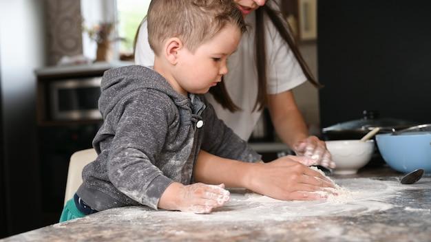 Mère et enfant font de la pâte