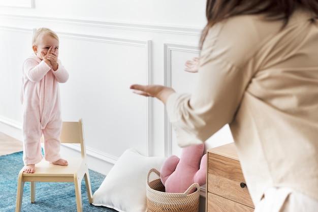 Mère et enfant jouant ensemble
