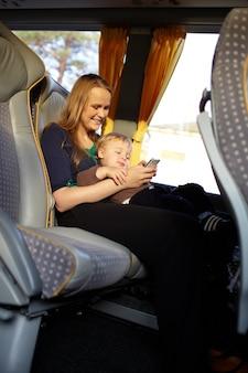 La mère et l'enfant jouent au jeu sur le téléphone.