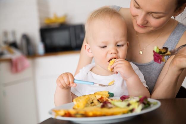 Mère et enfant mangeant ensemble