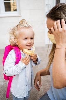 Mère et enfant avec des masques médicaux