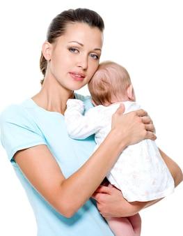 Mère avec enfant nouveau-né sur les mains