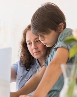 Mère et enfant sur ordinateur portable
