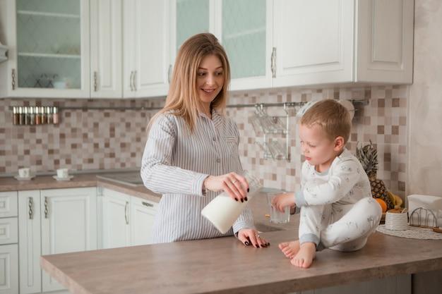 Mère avec enfant prenant son petit déjeuner dans la cuisine
