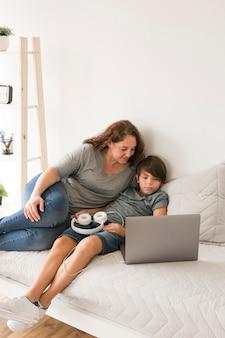 Mère enfant, regarder, ordinateur portable