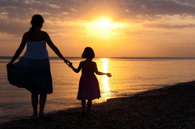 Mère et enfant sur sunset beach