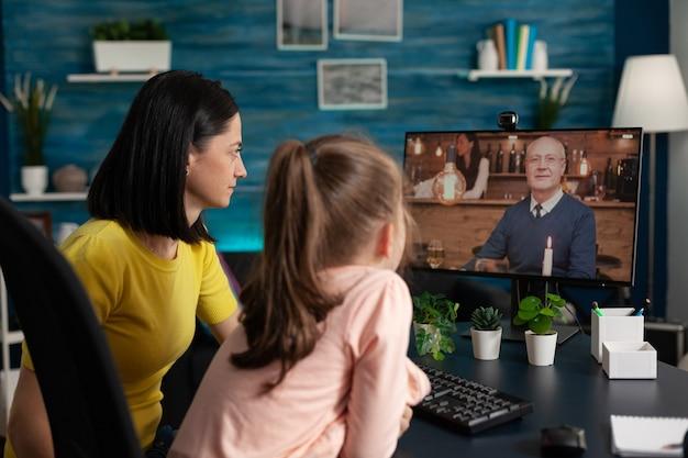 Mère et enfant utilisant internet pour un appel vidéo