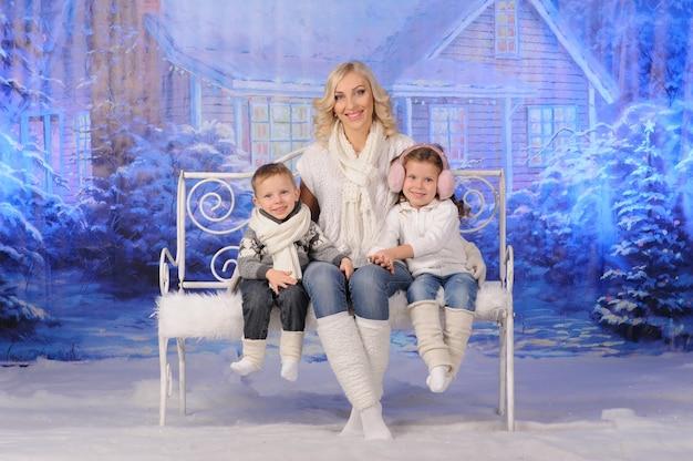 Mère et enfants célébrant noël ensemble