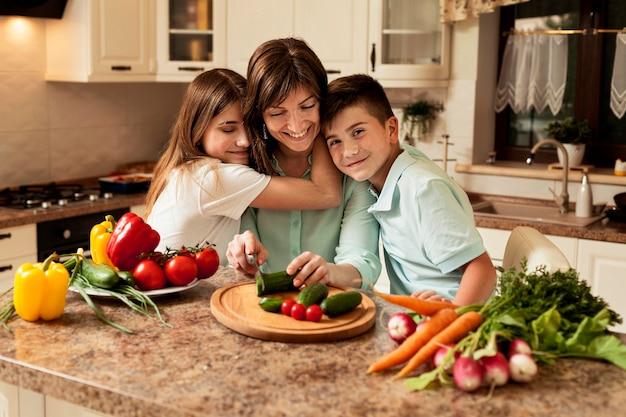 Mère et enfants dans la cuisine, préparer la nourriture