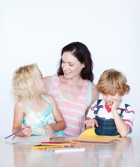 Mère et enfants dessinent ensemble