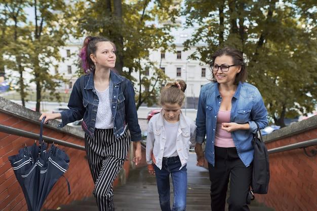 Mère et enfants deux filles marchant dans les escaliers