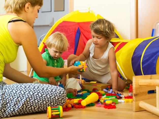 Mère et enfants jouant