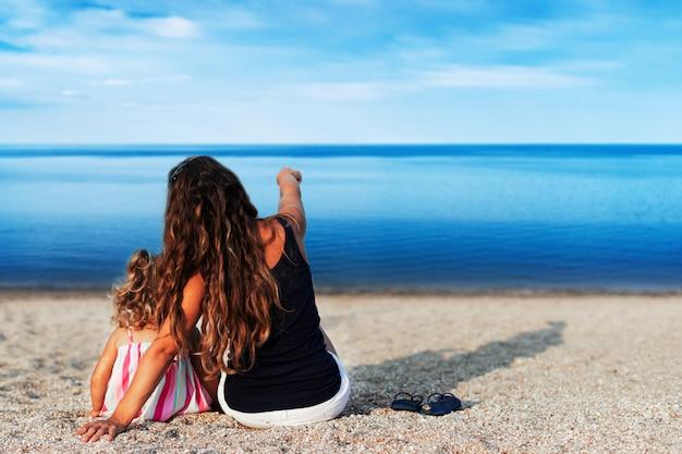 Mère et enfants à la plage en bord de mer