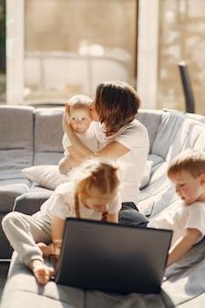 Mère avec enfants reste à la maison en quarantaine