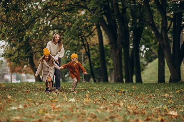 Mère avec enfants s'amusant dans le parc