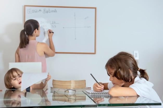 Mère enseigne à ses enfants à la maison