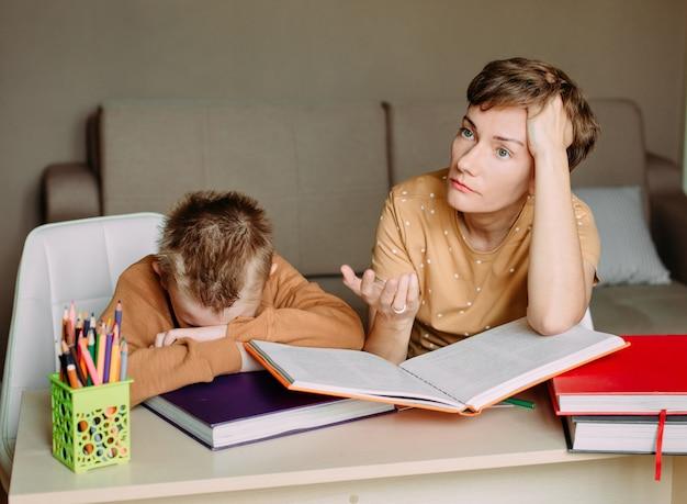 Une mère enseigne à son fils son éducation en ligne à domicile