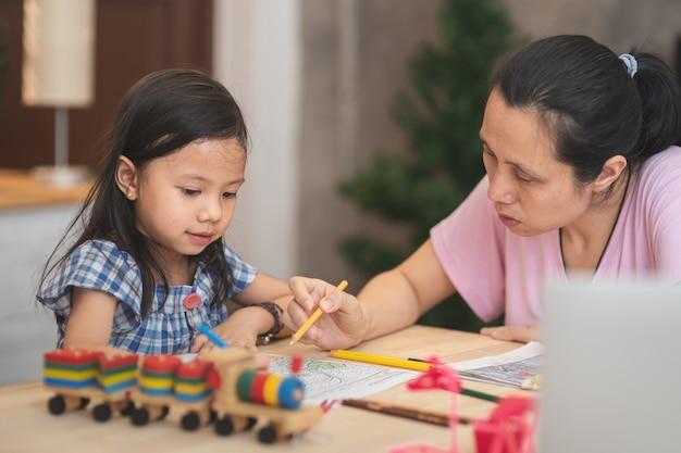 Mère l'enseignement des devoirs et parler avec sa fille pour étudier