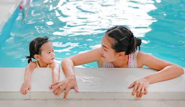 Mère, enseignement, gosse, dans, piscine
