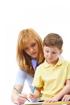 Mère enseigner son enfant à écrire