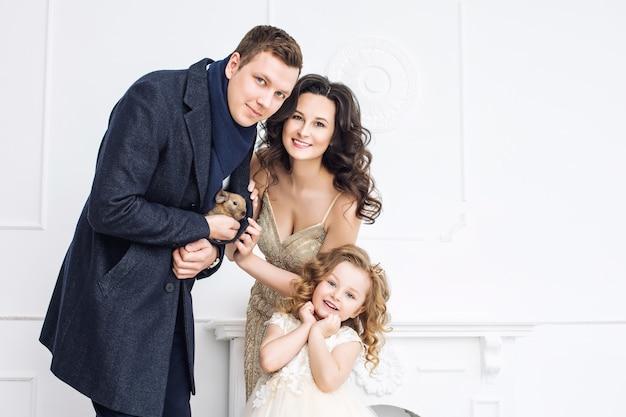 Mère de famille père et fille belles et heureuses dans des robes de soirée à la mode ensemble
