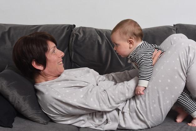 La mère et la femme jouant sur le canapé