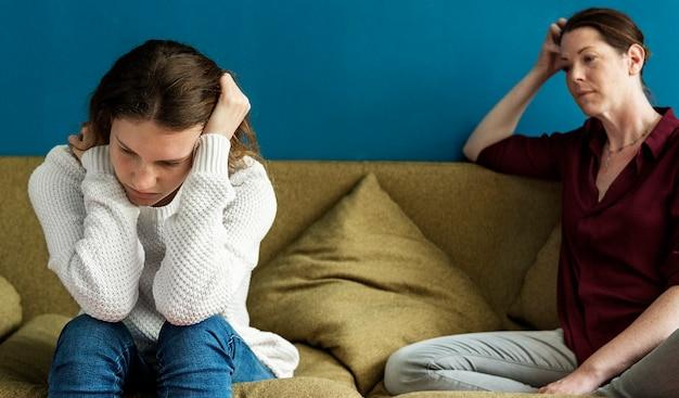 Mère et fille adolescente ayant un argument