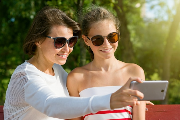 Mère et une fille adolescente cool