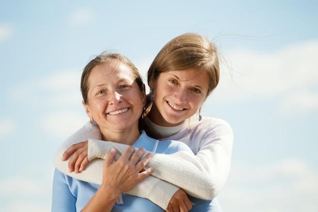 Mère avec une fille adolescente